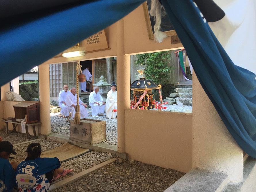 神輿と祈祷の前の子どもたち