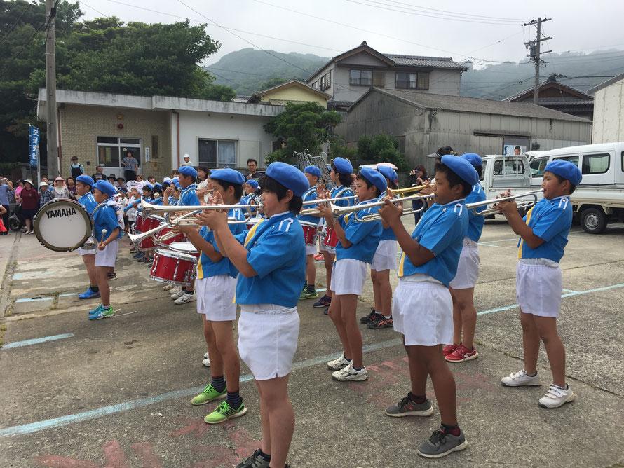 4~6年生が楽器の演奏をし、低学年の子たちは大きな声で歌います
