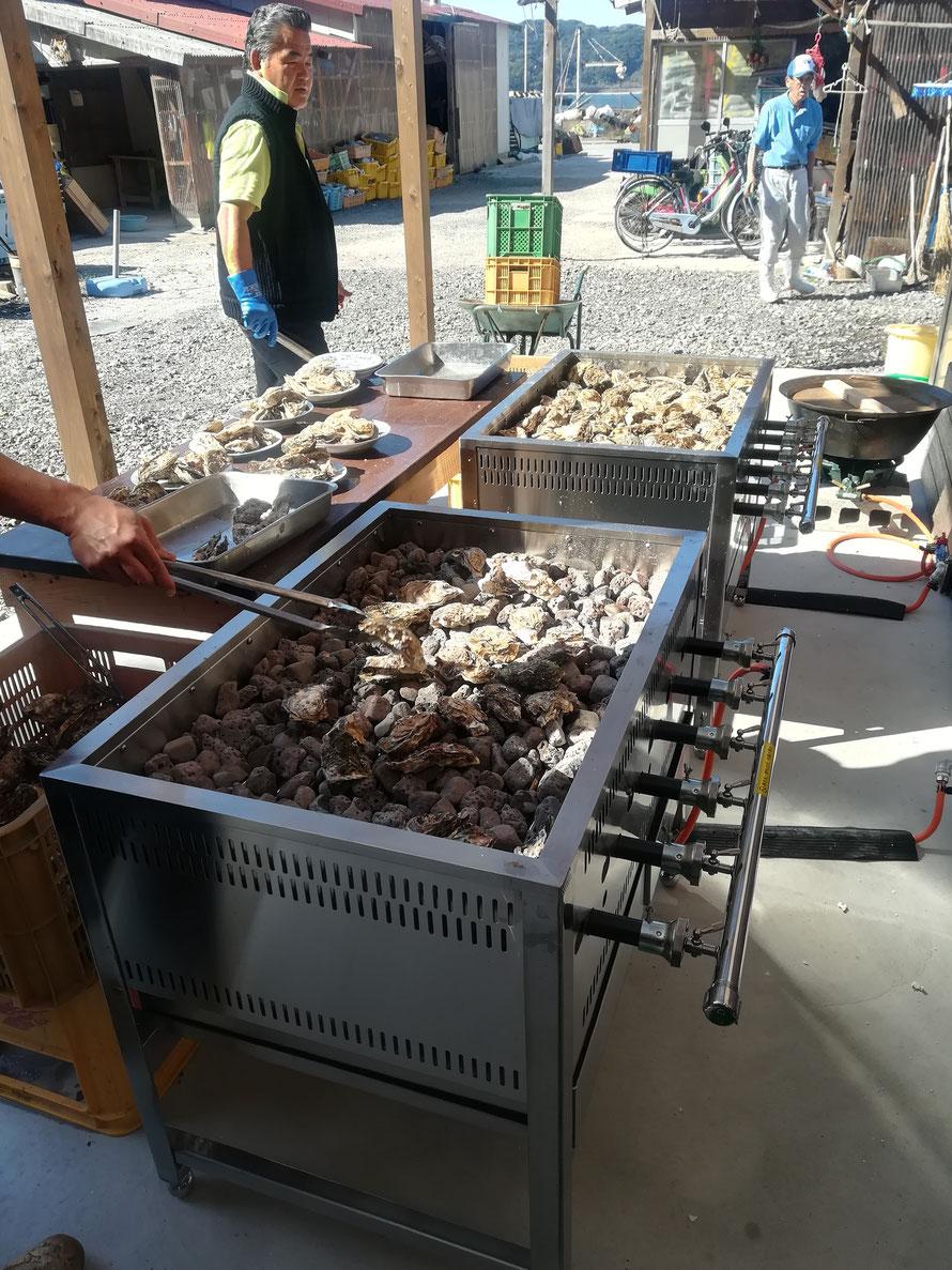 石を焼きその上で牡蠣を熱する装置。この日は町内会のおじさんたちが焼いてくれていた。