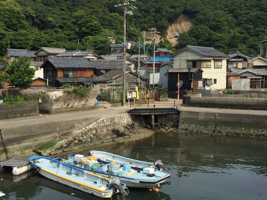 海と船、畑、瓦屋根の民家