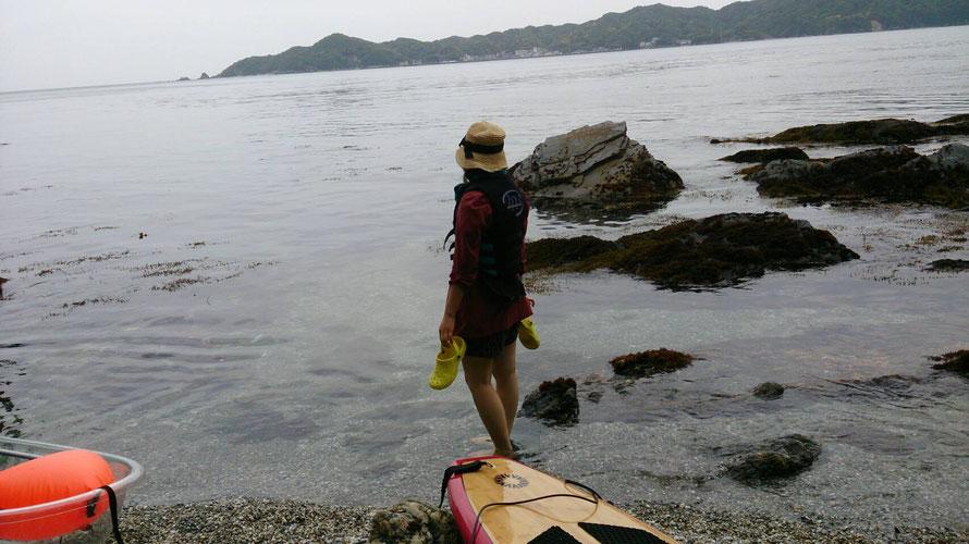 海、岩場、カヌー