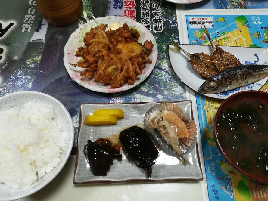 ロンク食堂の日替わり定食は島の魚を中心に8品くらい