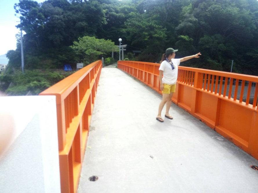 八幡橋上で何かを指さす五十嵐。
