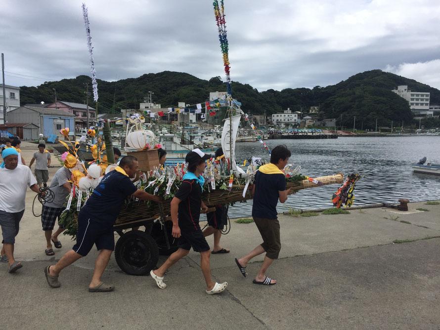 漁船に向かって走る精霊舟