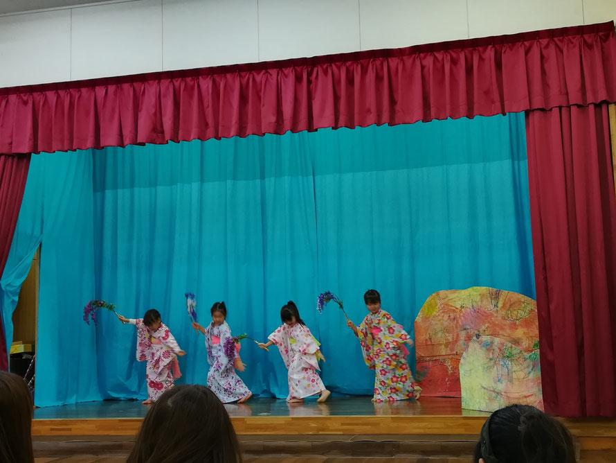 神祭の演芸の踊り。