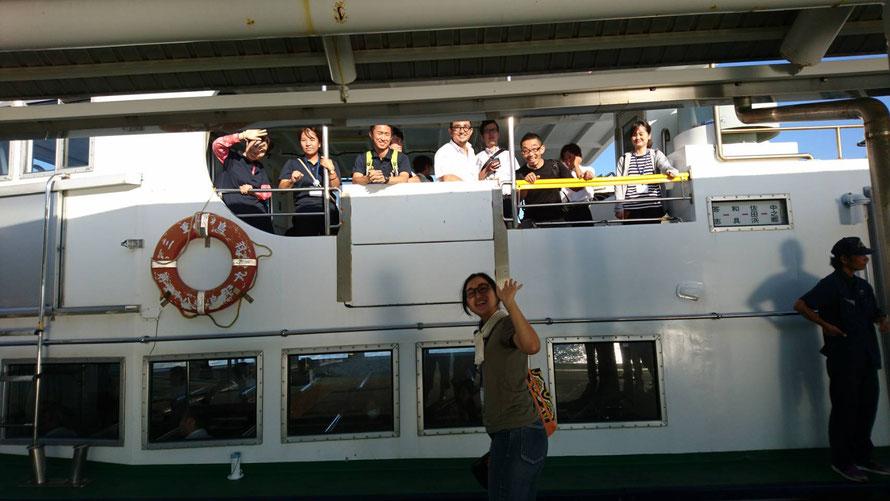船で帰る講師の先生、役場の職員さん、地域おこし協力隊のみなさんを見送ります。「船ってテンション上がるよね~」