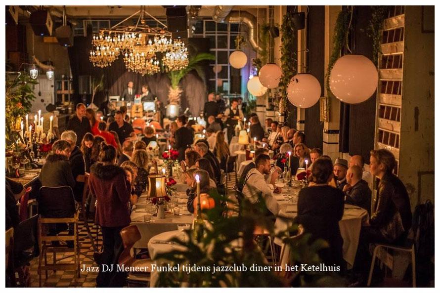 Jazz DJ Meneer Funkel draait vinyl platen in Jazzclub Ketelhuis