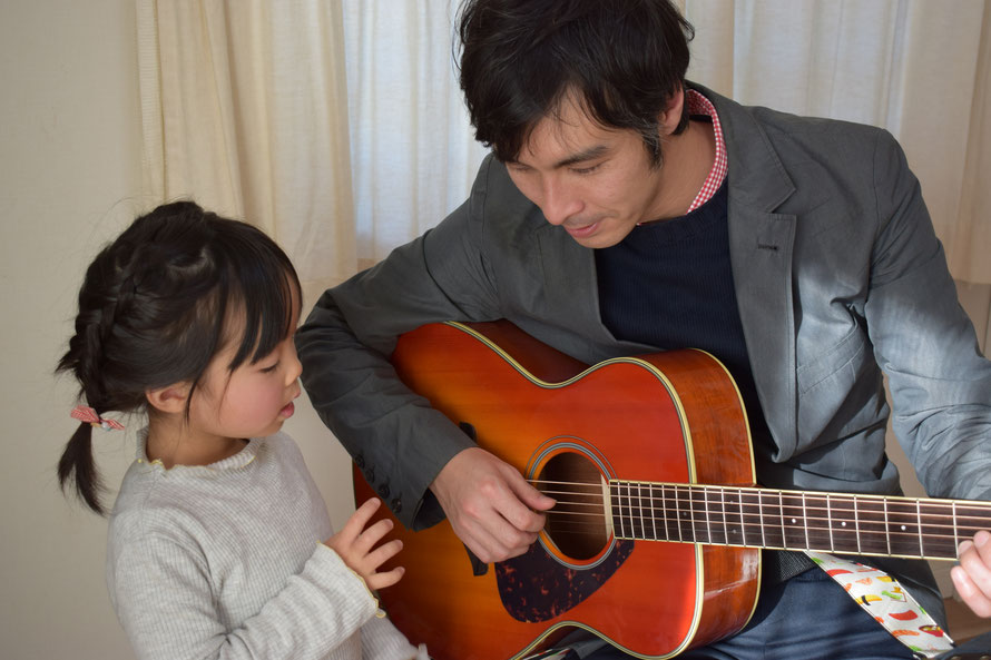 市川市キッズギター教室のギター講師浅見出です♪ 3歳から始められて知育にもオススメのキッズギター始めてみませんか?