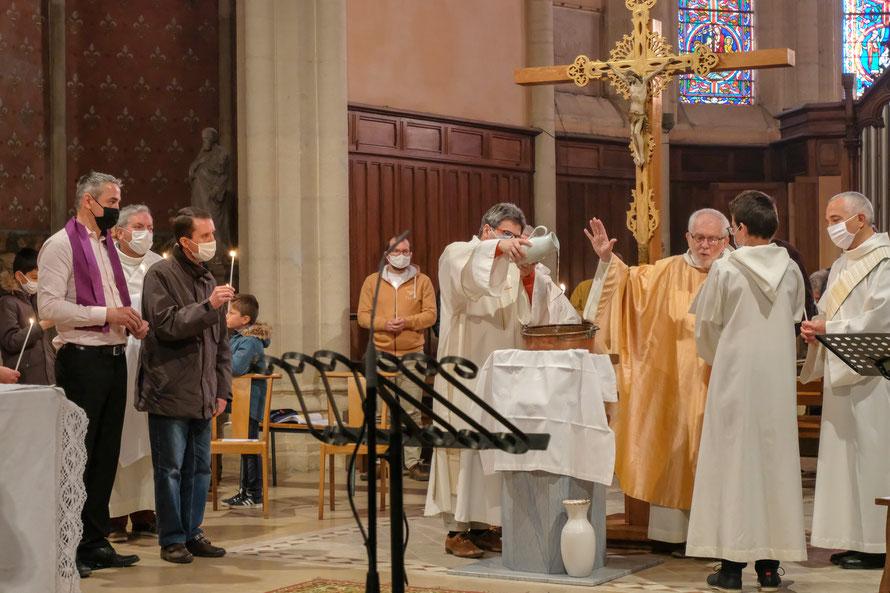 La bénédiction de l'eau du baptême de Sylvain