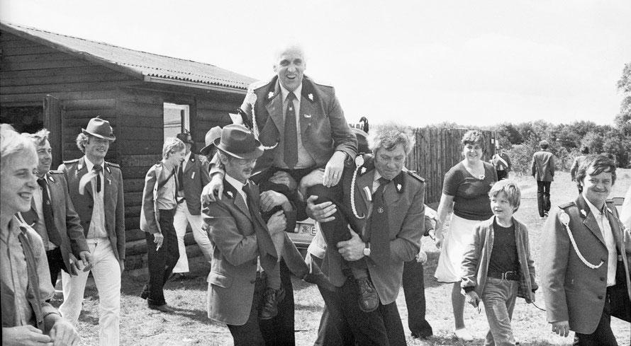 1981: König Ernst Cordes; im Hintergrund das alte Schützenhaus mit den beiden Schießbahnen