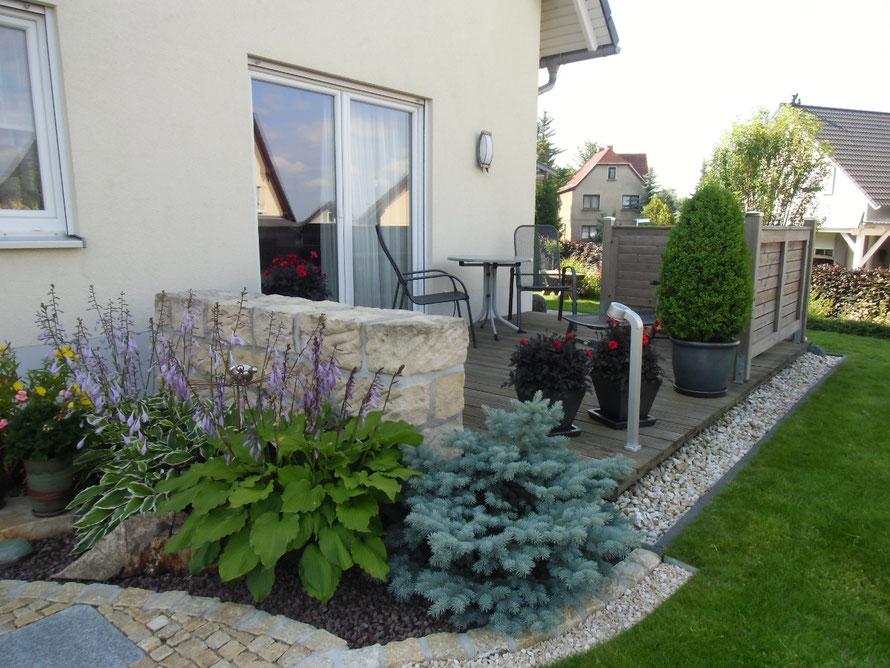 Terrasse mit Beetumrandung