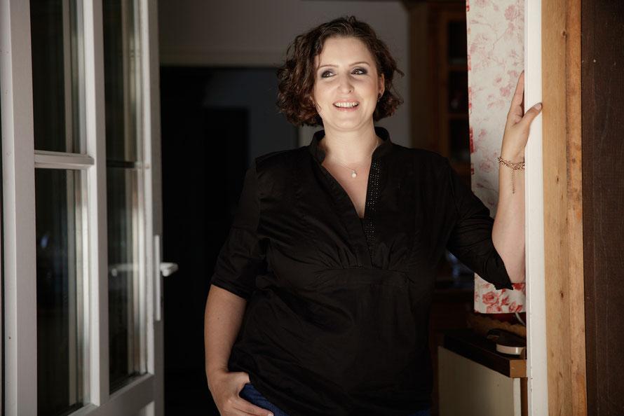 Frau in schwarzer Bluse steht am Türrahmen_Biomode_atelier mode-münster garden-münster weihnachtsmarkt-münster hotel-münster restaurant-emsdettener volkszeitung-emshalle emsdetten veranstaltungen 2020-näherei muenster- kleiderschrank ausmisten