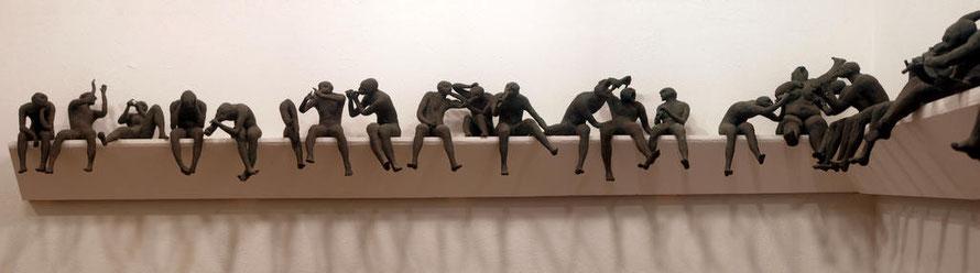 Disonancias, gres monocción, grupo escultórico de 30 figuras, parte izquierda. Largo 240 cms.