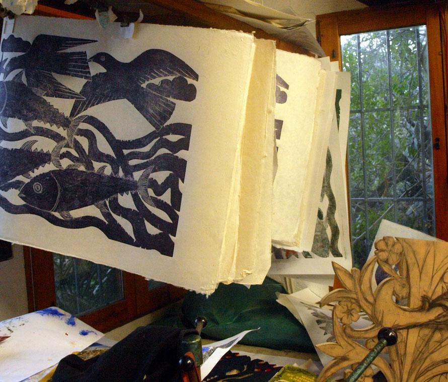 grabados tendidos a secar en el taller