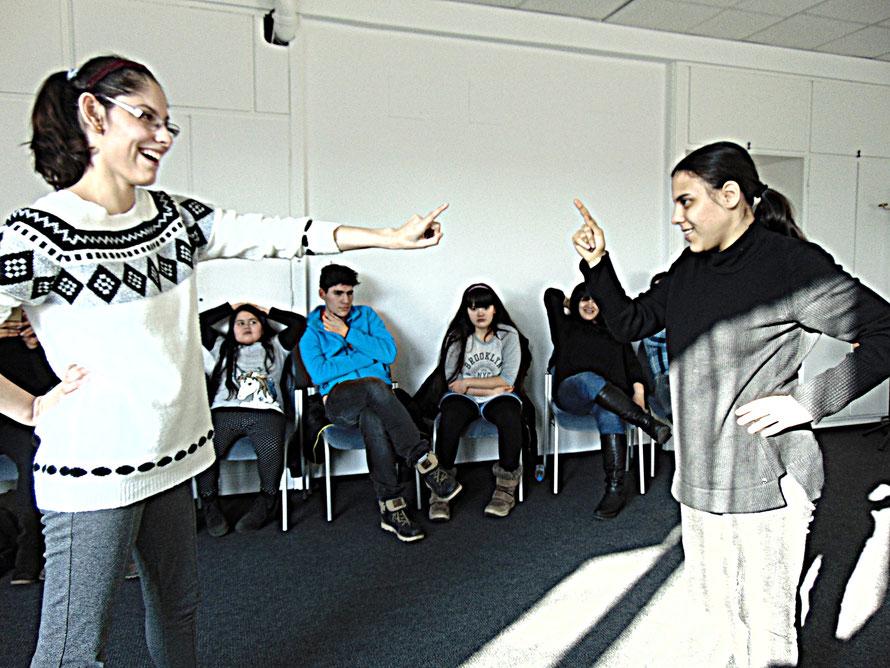 Güly & Seray zeigen, wie sie sich die böse Stiefmutter vorstellen (theaterpädagogische Vorbereitung)