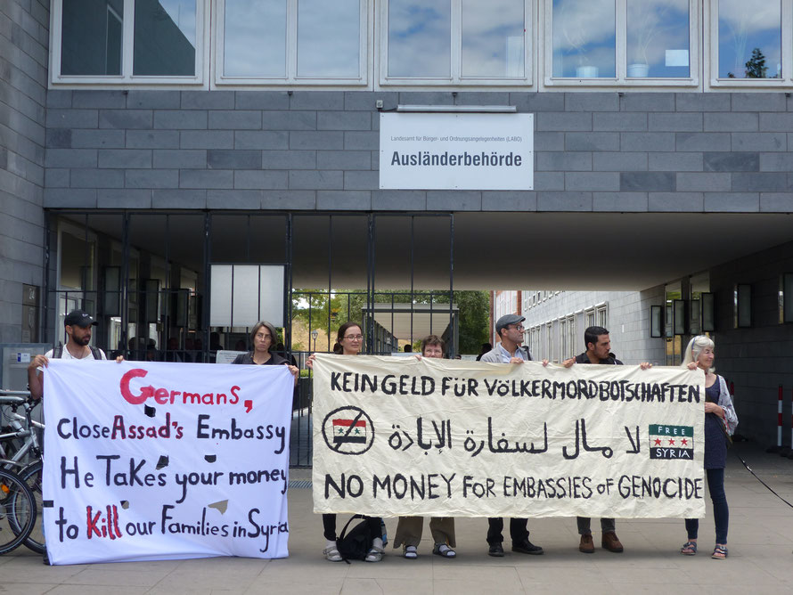 Protestaktion Berliner AktivistInnen vor der Ausländerbehörde in Berlin im Sommer 2018