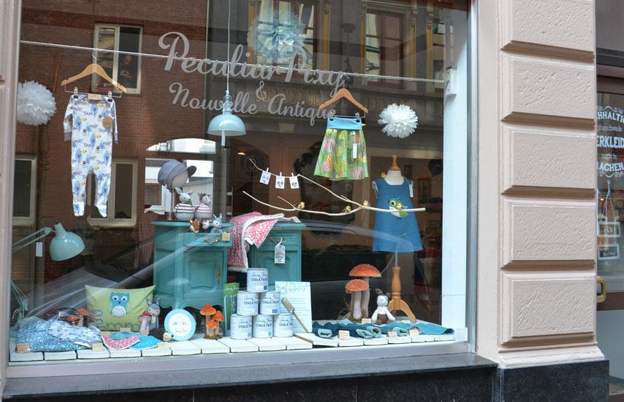 Auf dem Foto sieht man die Aussenansicht des Ladenlokals von Nouvelle-Antique in Aachen, Jakobstrasse 218. Hier kann man die Kreidefarbe Annie Sloan Chalk Paint kaufen und an Workshops teilnehmen.