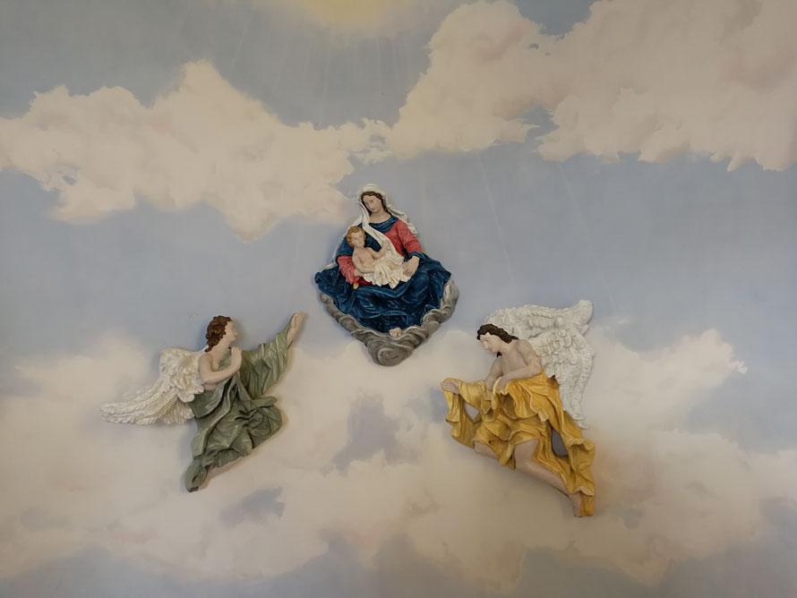 Himmelmalerei und Figurenbemalung in einer Kapelle