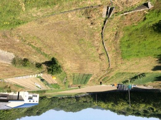ため池の土手から北の方向を撮影しました(全景)右から上段の畑(右奥)、中段の畑、下段の畑