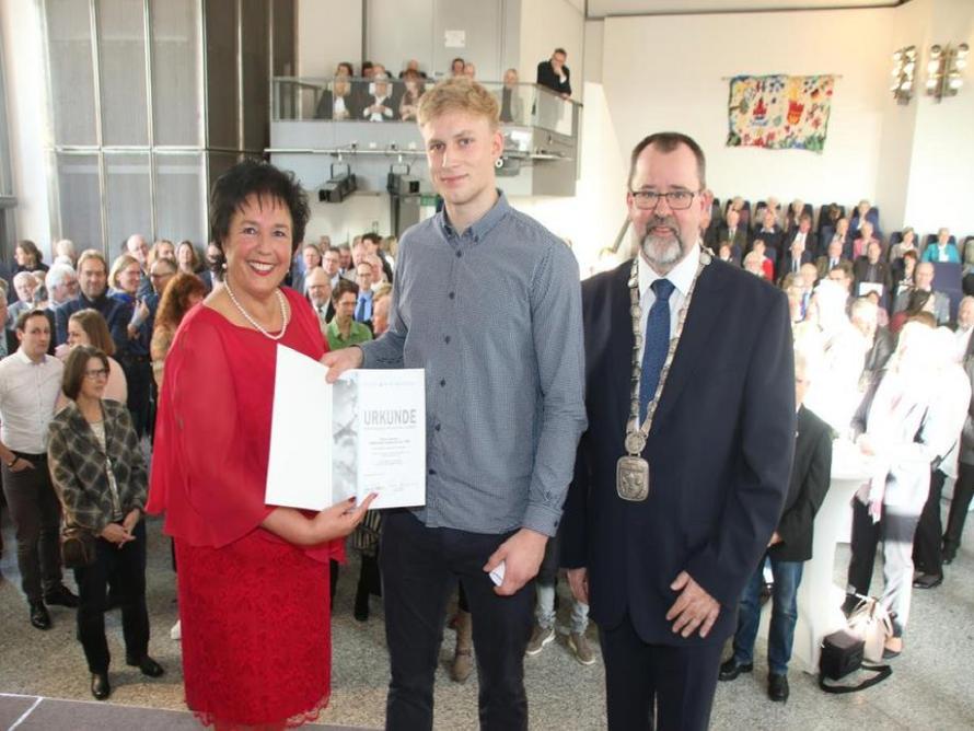 Ruderer Robin Hamann (Mitte) wurde von Bürgervorsteherin Monika Saggau und Bürgermeister Dieter Schönfeld als Sportler des Jahres geehrt. Quelle: Matthias Ralf
