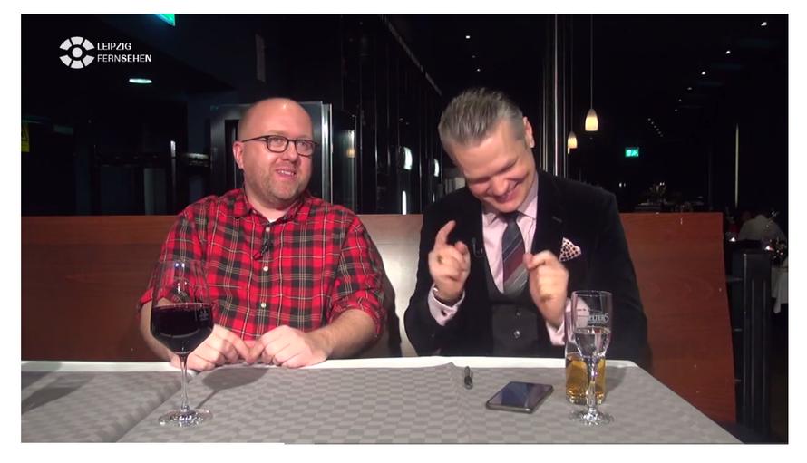 Marcus Poschlod (mit Rioja-Wein) im Gespräch mit Leipzig-Fernsehen-Moderator Tim Thoelke.