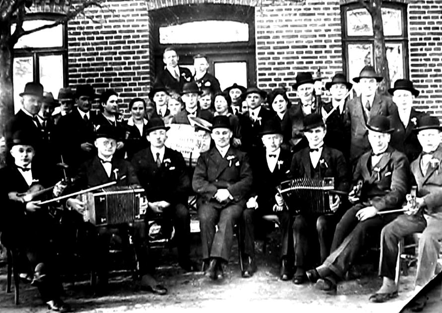 Der Genky Club, Gentlemen, mit weißen Hemden mit Stehkragen und typischen Hüten, Bandoneons,  Violinen und Fasspauke.