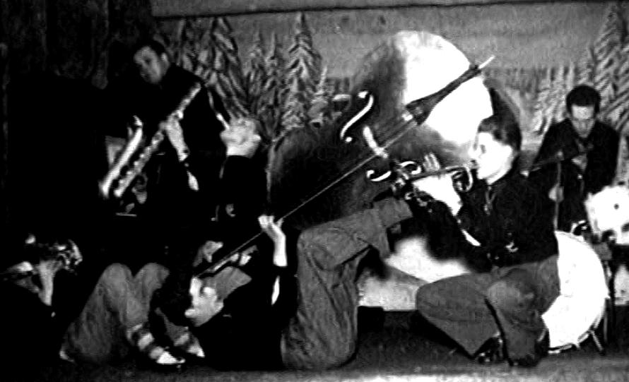 Schorse liefert mit seinem Bass dabei eine äußerst akrobatische Vorstellung ab/Foto: Repro Heinz Tödtmann