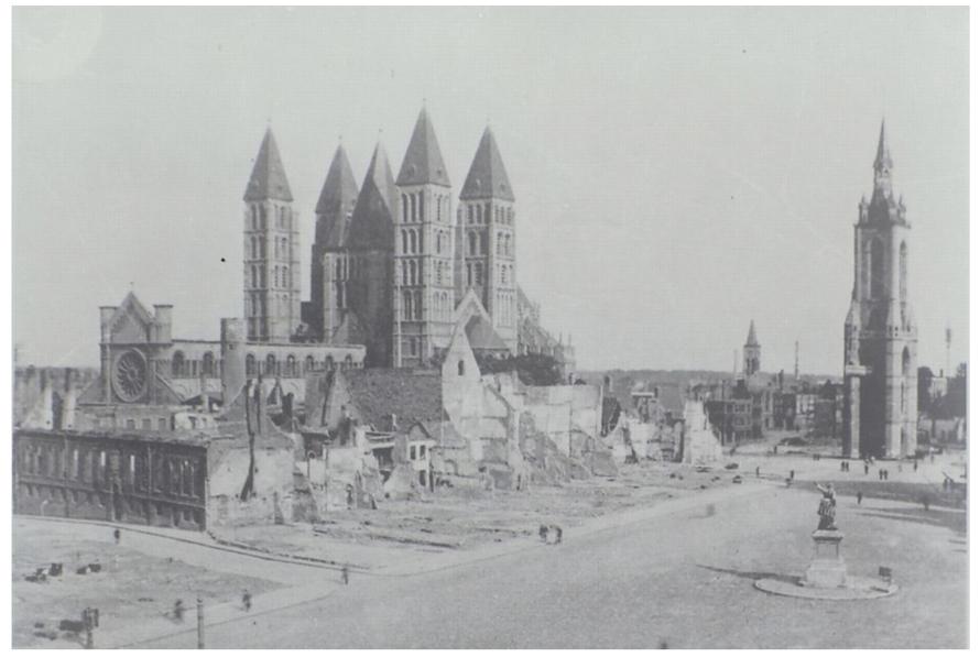 Het centrum van Doornik na de bombardementen en brand van mei 1940. Uit: Archives Iconographiques du Tournaisis