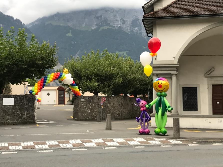 Ballon-Regenbogen, Ballonmänner, Straßendekoration