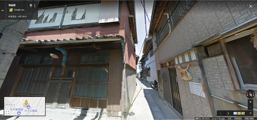 左手の赤茶けた色の建物が銭湯。正面から見ると「男湯」の文字が見えます。