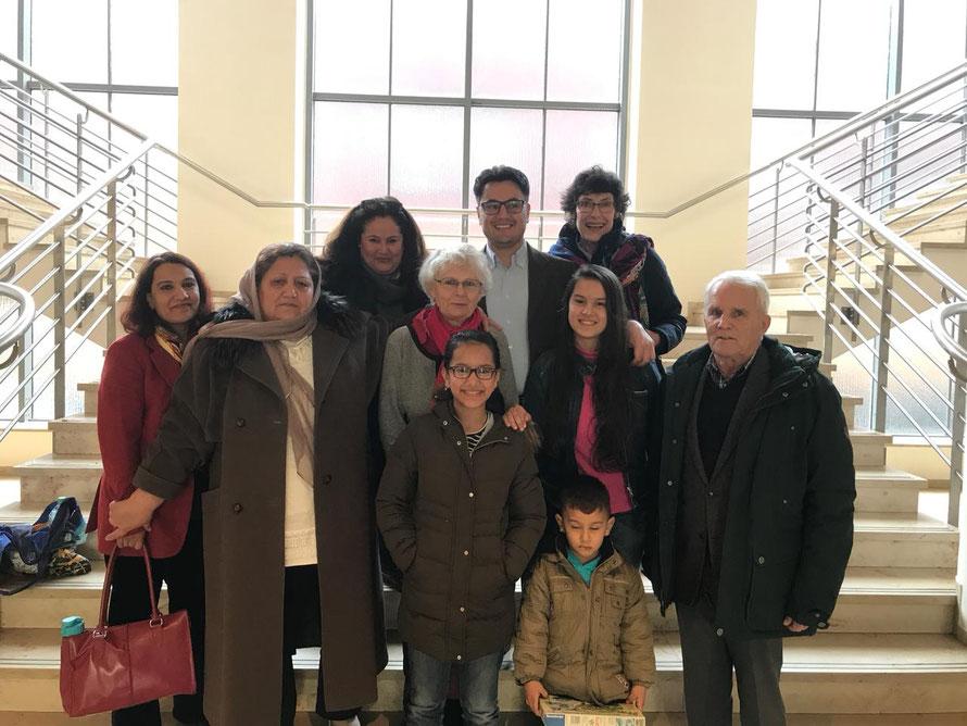 Foto privat: Familie Omari gemeinsam mit Frau Dr. Smasly und weiteren Betreuern von der ökumeinischen Flüchtlingshilfe Röttgen.