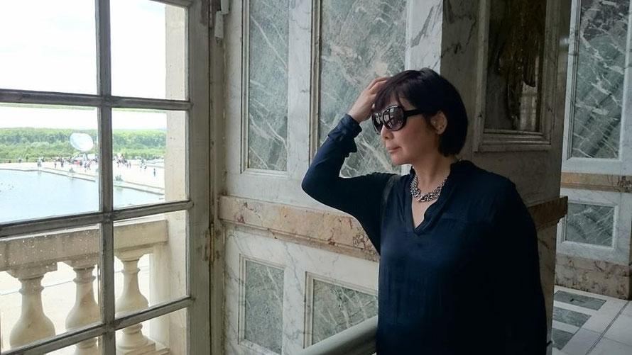 ヴェルサイユ宮殿の窓から庭園を臨む