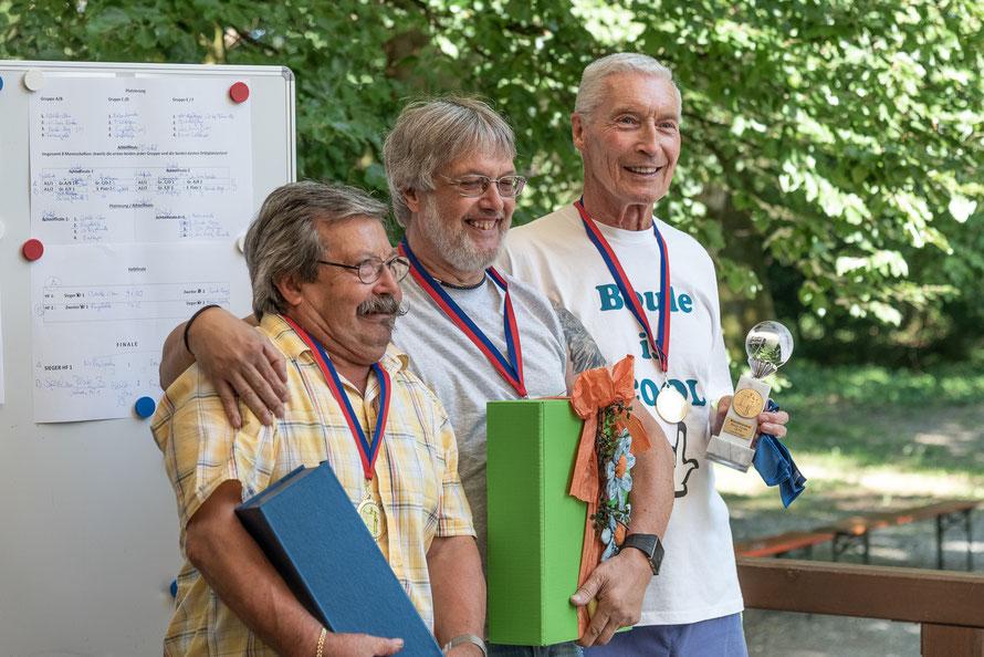 """Die """"Nebenbouler"""" aus Wutöschingen kamen auf den 1. Platz mit Salvatore Dimilito, Günter Dorka und Rudi Fricker und freuten sich über den neuen Wanderpokal.  (v.links)"""
