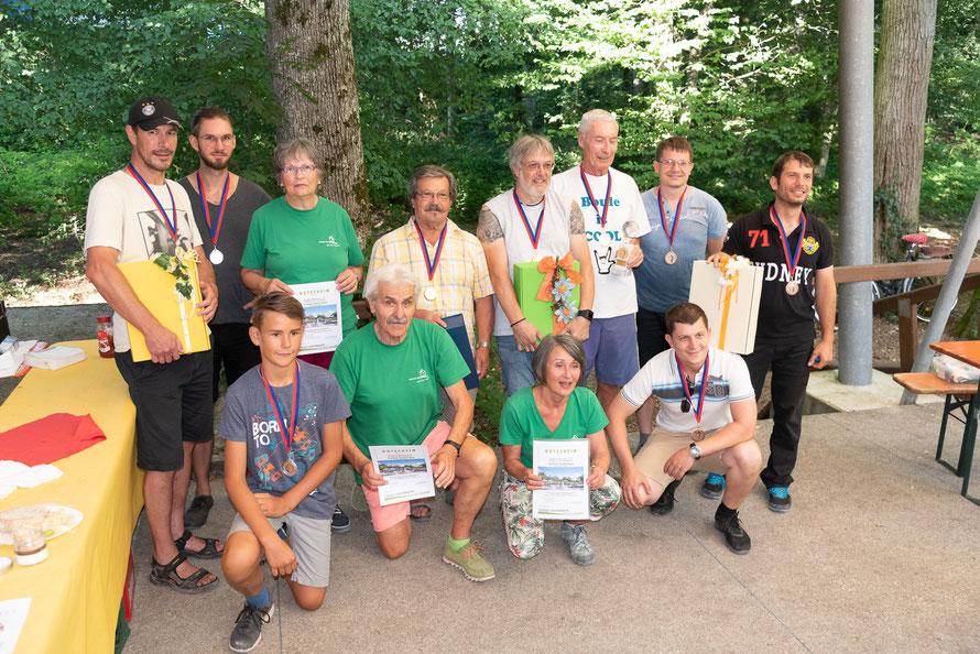 """Gewinner der Trostrunde waren die Mannschaft  """"Manni und die Mädels"""" mit Verena Wunderlich, Manfred und Bärbel Satzer aus Oberlauchringen in ihren grünen T-Shirts."""