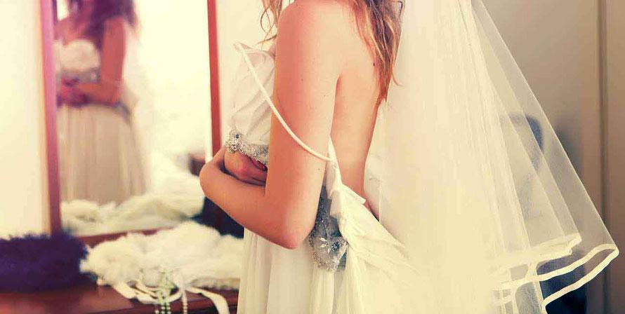 Hochzeitsnacht Tipps Kleid vor Spiegel