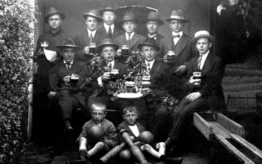 1911, eine Keglergruppe  (v.l.n.r.) obere Reihe: Heinrich Böttcher, Dirk Heusmann, Georg Behrens (Lange Reihe), Heinrich Behrens (Erichshofer Str.), Voßmeyer (Erichshofer Str.), Johann Böttcher (Stuhrbaum)  Foto: J.H.Eickhorst