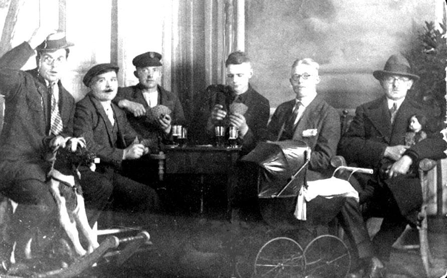 """1912:Kartenspieler bei """"Kemnau up'n Exoff"""", also bei Böttcher in Erichshof.  Foto: J.H.Eickhorst"""