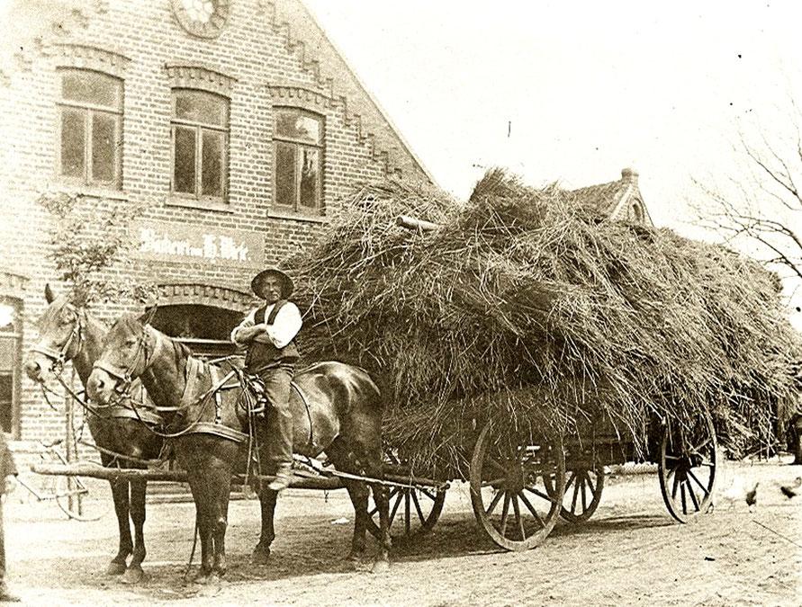 Leeste Ackerwagen mit Stroh des Bauern Harms vor der Bäckerei Wiese 1913 15