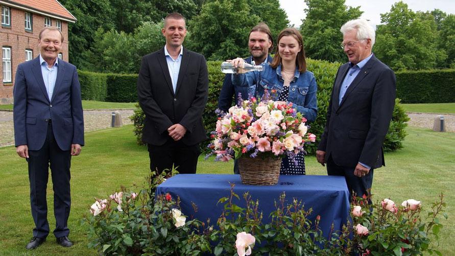 Nele Aschinger taufte die Rose, verfolgt von Bernd Weiher, Alexander Kordes, Thomas Proll und Peter Heydorn.