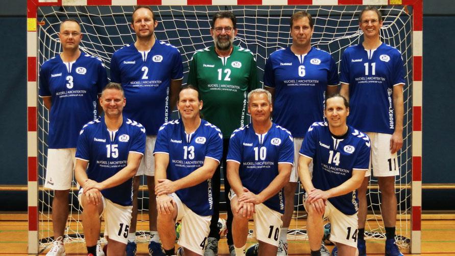 Freuen sich über den Liga-Sieg: die Senioren des TuS Quickborn Handball
