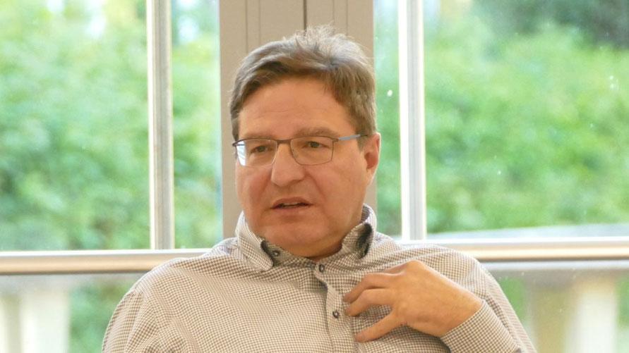 Bürgermeister Thomas Köppl legte dem Finanzausschuss das Zahlenwerk vor.