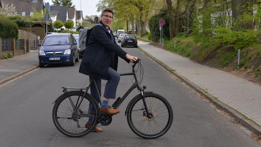 """Vorbildlich: Fachbereichsleiter Carsten Möller erledigt auch Dienstfahrten mit dem Fahrrad, dann allerdings mit Helm. Wir werden sehen, wie viele Kilometer die Verwaltung beim """"Stadtradeln"""" schafft."""