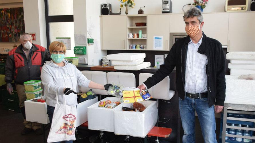 Brigitte Schulz-Mosner und Christian Rohde stellen auch in diesen schwierigen Zeiten die Lebensmittelausgabe sicher