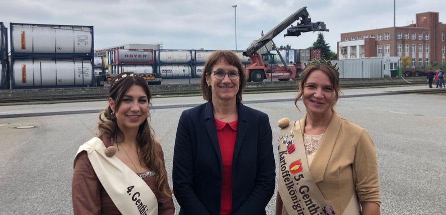Franziska Kersten wird eingerahmt von den Genthiner Kartoffelköniginnen Caroline Lange (links) und Nicole Dittler.