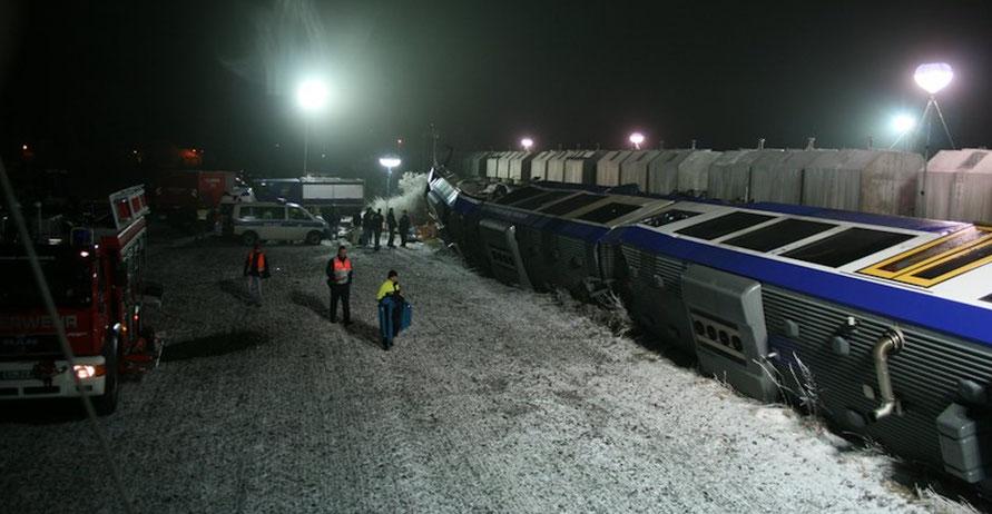 Der Unglückszug liegt quer auf der Strecke Magdeburg-Halberstadt. Foto: THW