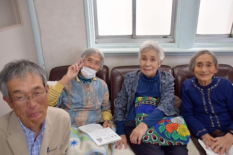 聖徒の日の礼拝直後、左から、清二さん、季具枝(きくえ)さん(93歳)、靖さん(88歳)、光子さん(91歳)。礼拝堂最後部の別空間のソファーにて。