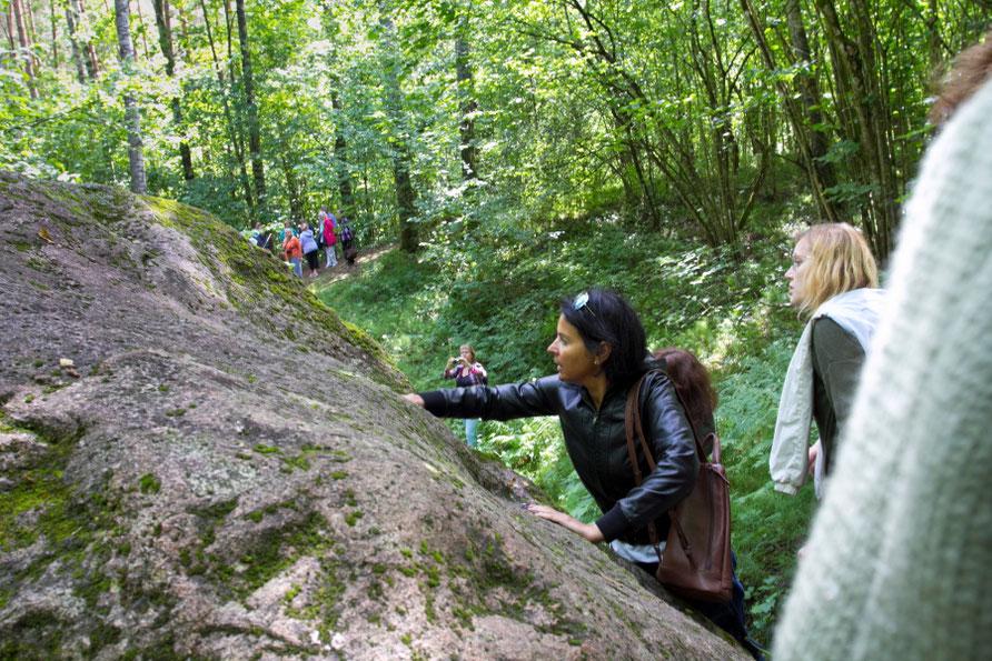 Moko akmenį reikia paglostyti ir apeiti tris kartus / Foto: Kristina Stalnionytė