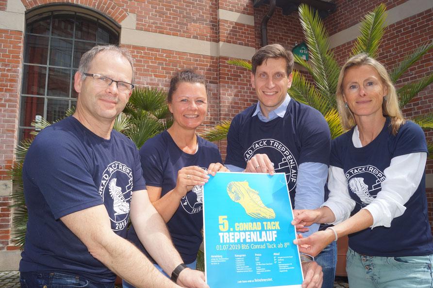 Arbeiten an den Vorbereitungen zum fünften Burger Treppenlauf (von links): Karsten Schwarz, Susanne Röver, Jonas Kahle und Constanze Renauld. Foto: Alpha-Report
