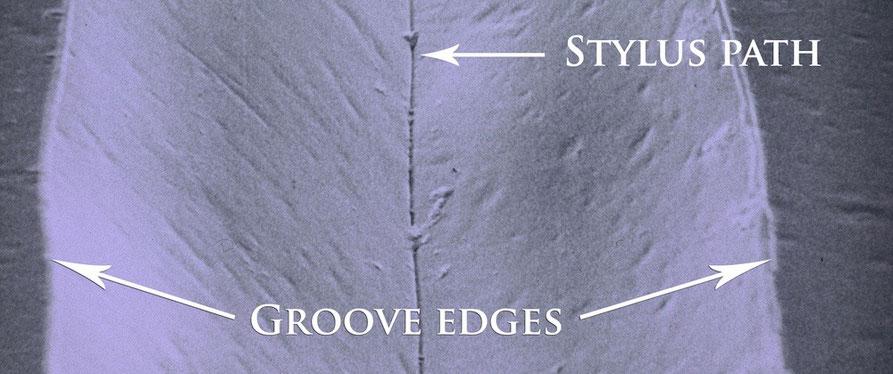 Eine Vinyl-Schallplatten-Rille unter dem Raster-Mikroskop | ©LAST Factory