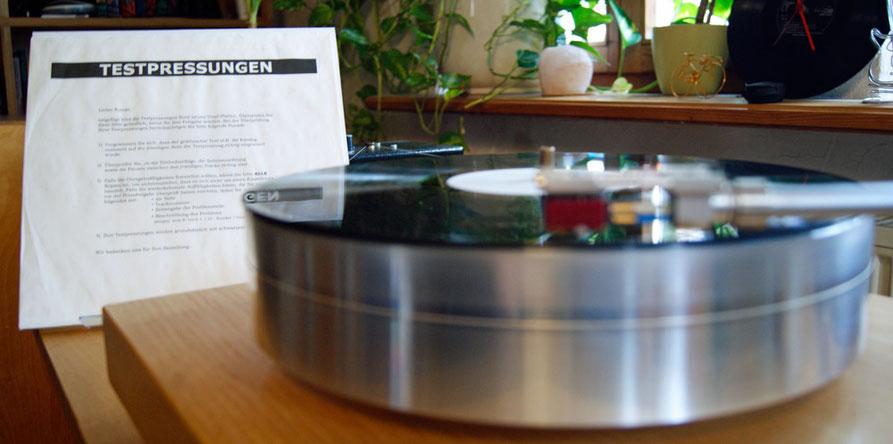 Testpressung und Plattenspieler La Nouvelle Platine Verdier mit der LP Sam Dees - The Show Must Go On (LP, 180g Vinyl)
